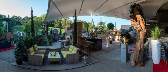 Bedeckte Terrase mit Garten